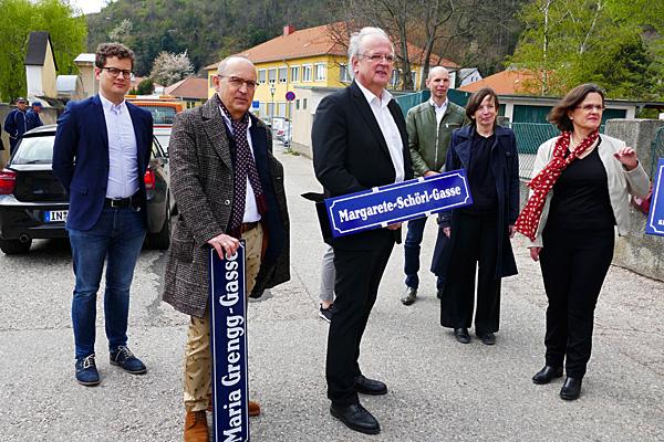 Umbenennung der Maria-Grengg-Gasse in Krems an der Donau in Anwesenheit des Bürgermeisters Dr. Reinhard Resch und des Historikers Dr. Robert Streibel